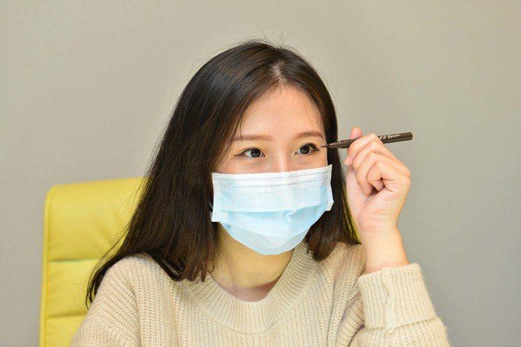 戴口罩建議搭配輕盈淡妝,甚至局部重點加強眼部就好,並注意避免暈染。圖/CLIO提...