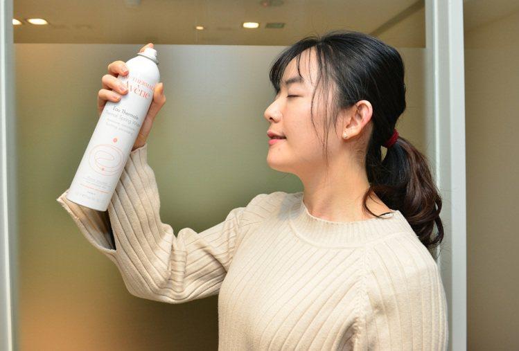 雅漾舒護活泉水可隨時為肌膚保濕補水。圖/雅漾提供