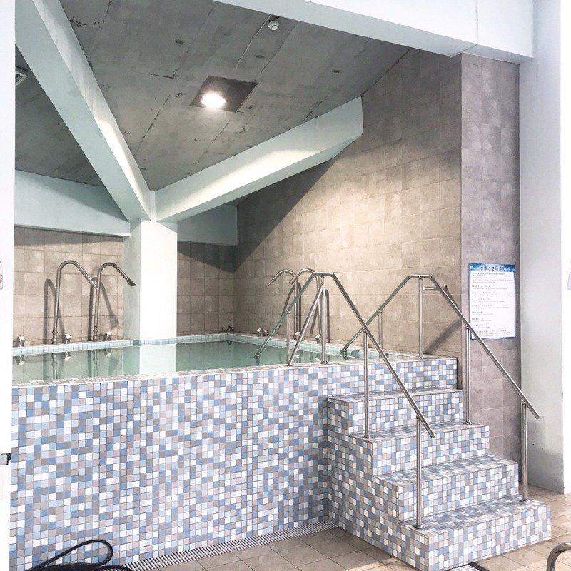 水牛厝溫水游泳池自去年5月辦理委外經營,引進專業廠商進行營運管理,廠商投入百萬資金新增熱水循環設備、SPA池等,歡迎在地民眾前來使用。圖/南新國小提供