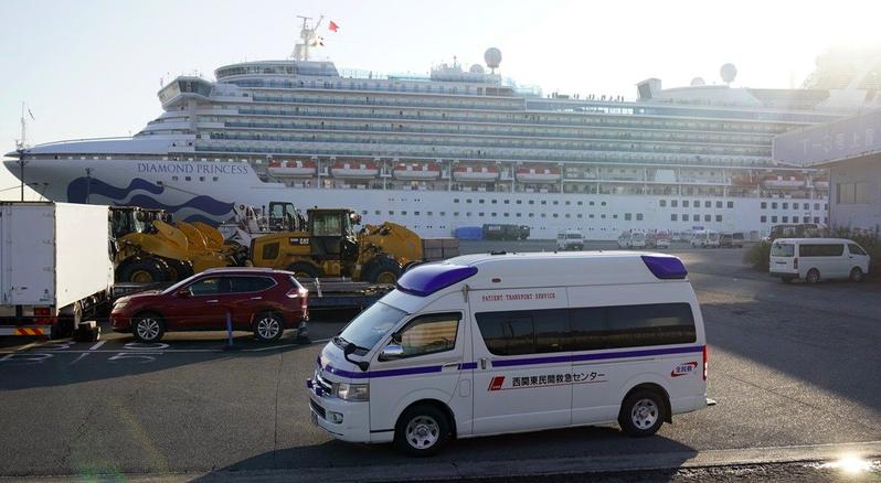 自從2月5日靠港橫濱並爆發船上疫情後,鑽石公主號全船3,700多名乘客就一直處在為期14日的「海上隔離狀態」,假若返美後必須「隔離歸零」,隔離總日程則將長達25天以上。 圖/歐新社