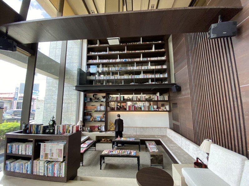 悅川飯店具特色,藏書萬冊,咖啡廳8米高的書牆給人一種震撼的感受,並特地置放兒童書籍數千本,從大廳、餐廳、電梯外空間,一直到房間,住客皆可自由取閱酒店內的每一本書來閱讀。記者羅建旺/攝影