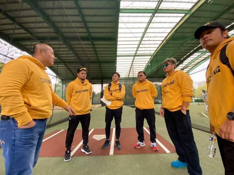張泰山(左)協助台中成棒隊重組,春季聯賽將擔任副領隊。 圖/台中城市社會甲組棒球隊籌備處提供