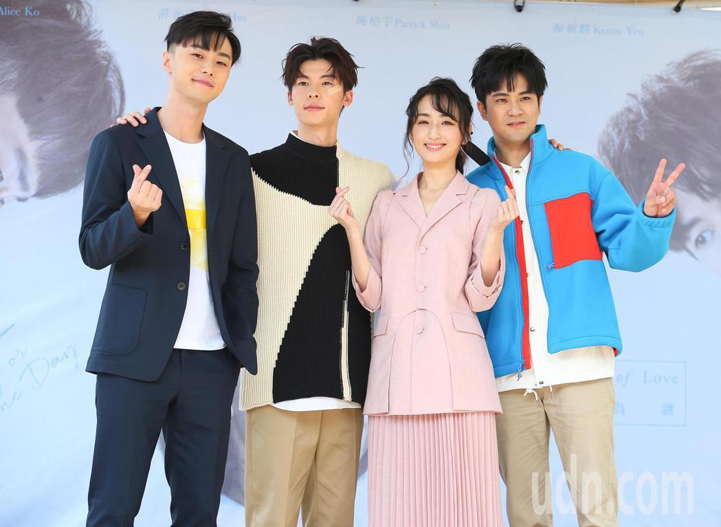 施柏宇(左起)、許光漢、柯佳嬿、顏毓麟出席「想見你」簽書會。記者余承翰/攝影