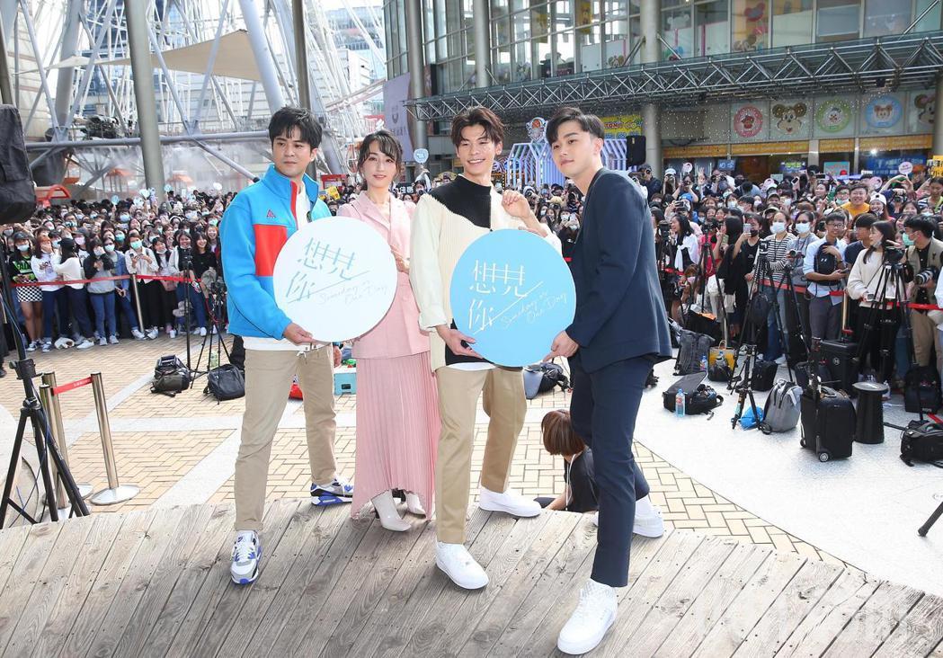 顏毓麟(左起)、柯佳嬿、許光漢、施柏宇出席「想見你」簽書會。記者余承翰/攝影