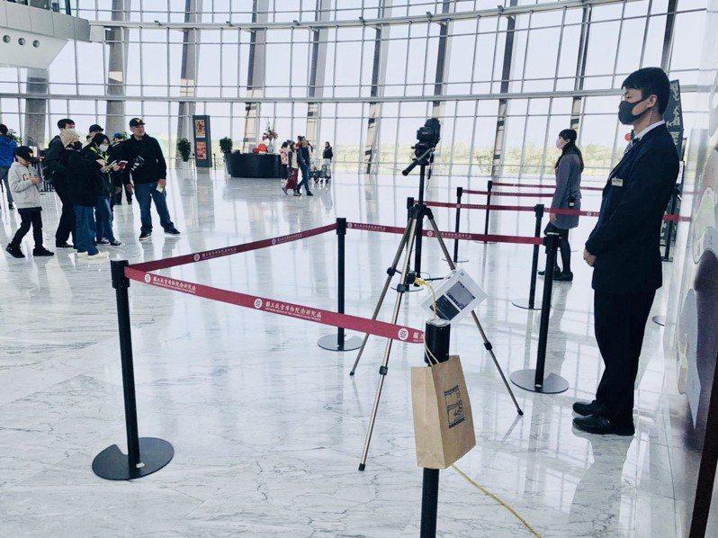 故宮南院為防範新冠肺炎,自1月27日起,展場第一線服務人員均佩戴口罩。圖/故宮南院提供