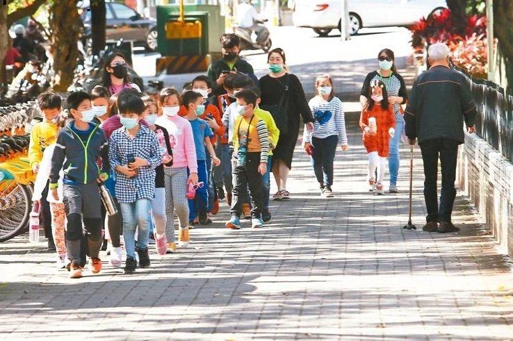 教育部將依學生人數發放全國中小學口罩,但僅供備用。圖/本報資料照片