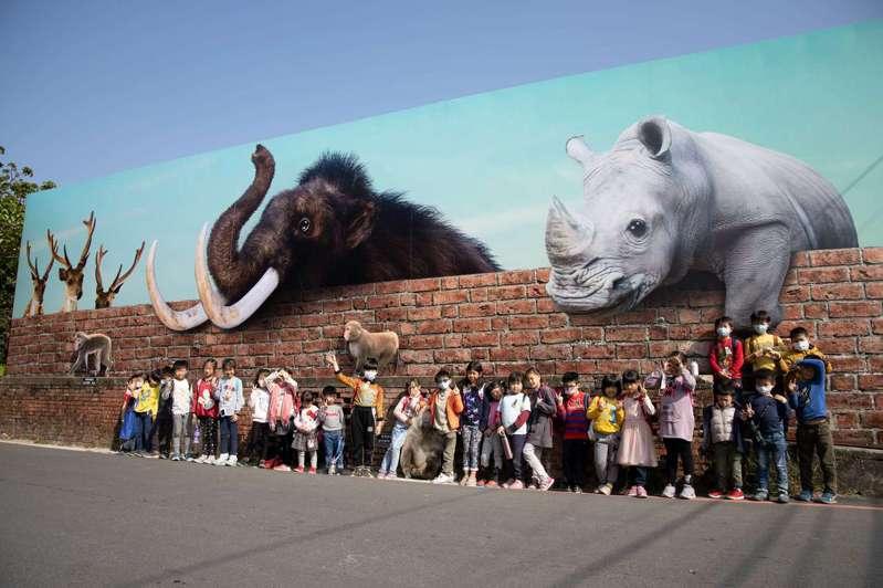 台南市左鎮化石園區最近出現長尾象、犀牛等3D彩繪,相當吸睛也成為打卡熱點。圖/文化局提供