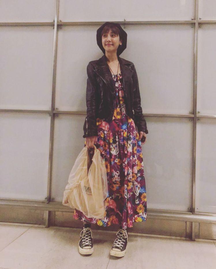 謝欣穎穿AllSaints皮衣、印花裙,手拿網紗款MM6 Maison Marg...