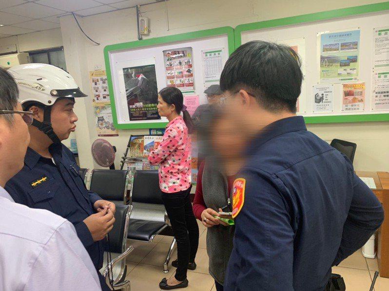 65歲蘇姓女子,接到一名自稱是蘇女姪子的來電,稱在外積欠10萬債務急需還款,所幸員警在蘇女匯款及時察覺上前勸阻,才成功阻止詐。圖/警方提供