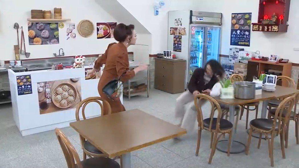侯怡君在劇中被兵家綺重推摔倒,桌上鍋碗瓢盆跟著散落一地。圖/民視提供