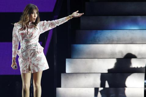 歌手A-Lin晚間在台北小巨蛋舉辦旅。課巡迴演唱會,她以三套服裝21首歌與滿場歌迷同歡。