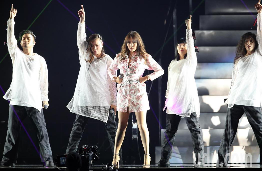 A-Lin晚間在小巨蛋演唱會,與滿場歌迷同歡。記者許正宏/攝影