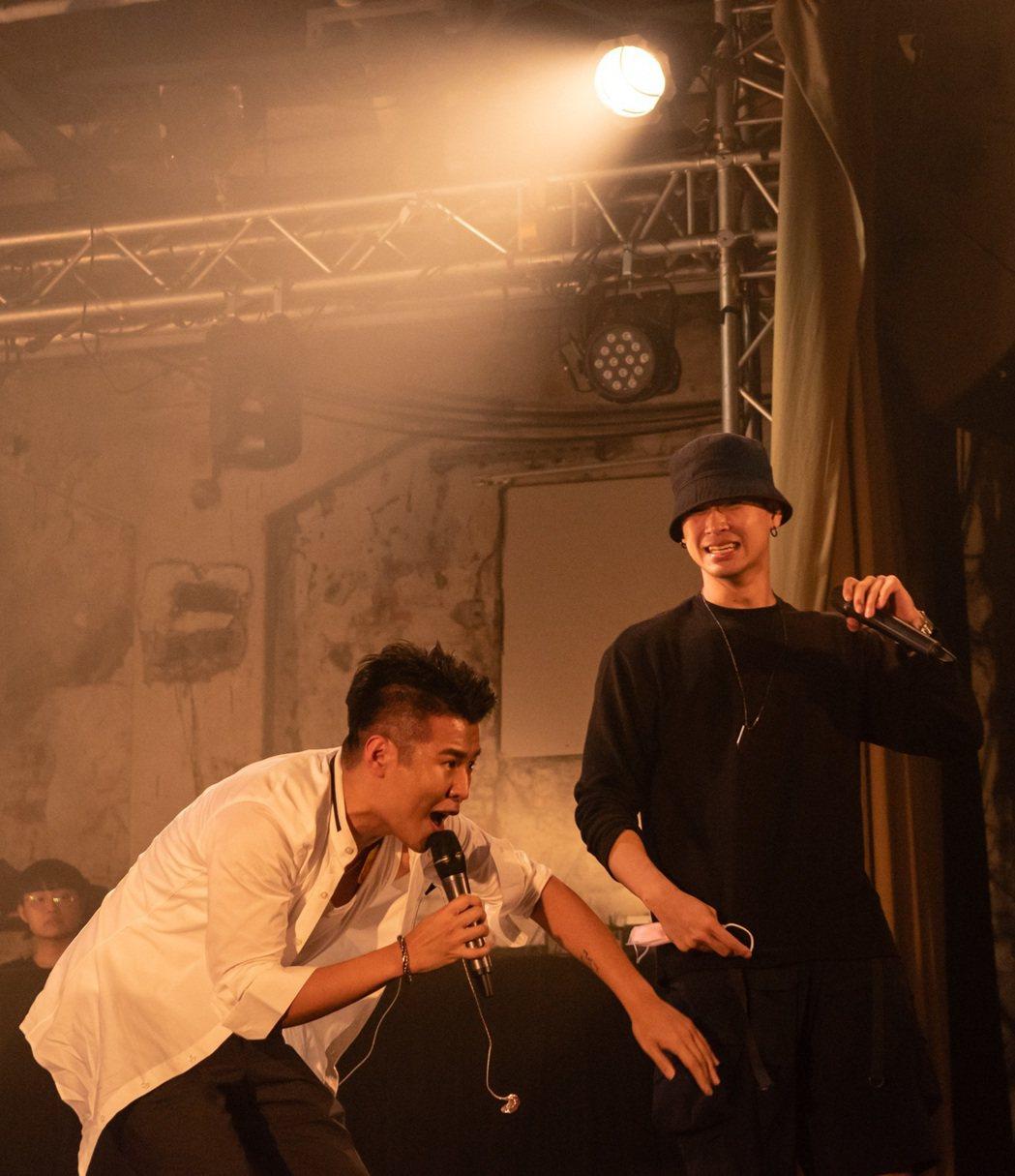 嘻哈歌手屁孩舉辦小型個唱,高爾宣(右)擔任驚喜嘉賓合唱。圖/索尼提供