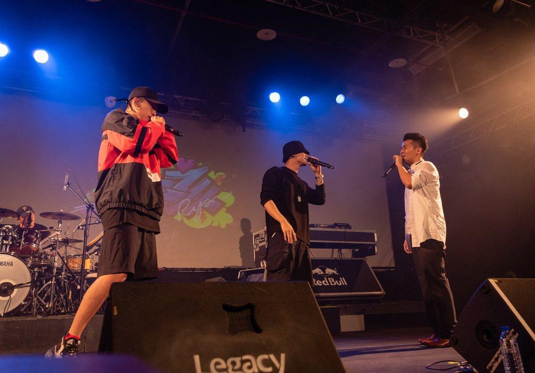 嘻哈歌手屁孩舉辦小型個唱,高爾宣(右)擔任驚喜嘉賓合唱,左為婁峻碩。圖/索尼提供
