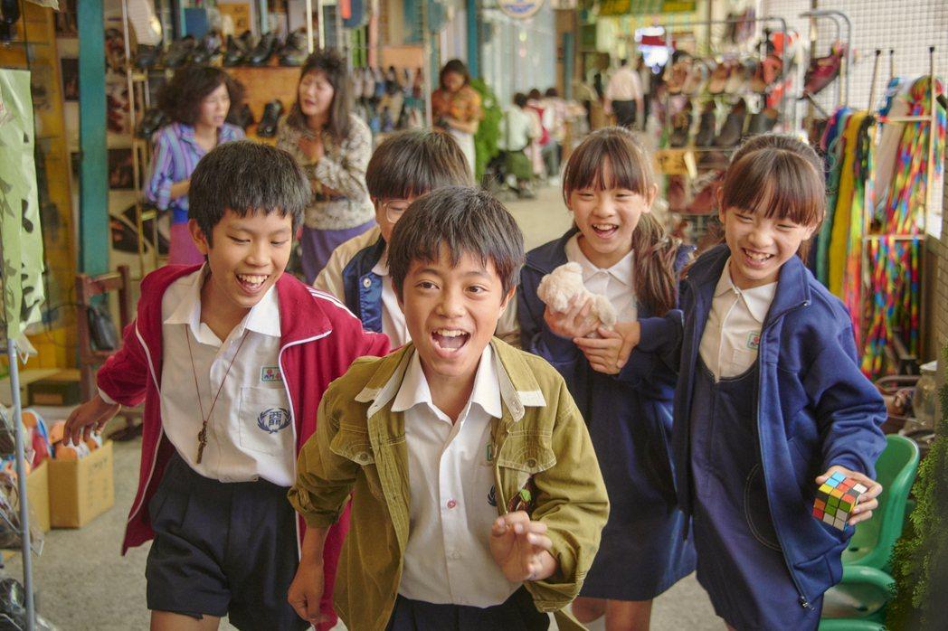 「天橋上的魔術師」重現中華商場景象,講述9個小孩在中華商場天橋上與魔術師的故事。...