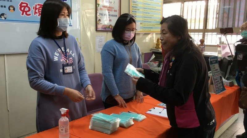 雲林縣各鄉鎮衛生所提供免費口罩供重大傷病患及發燒者,與其陪同就醫者索取,二周發出近萬片口罩。圖/本報資料照片