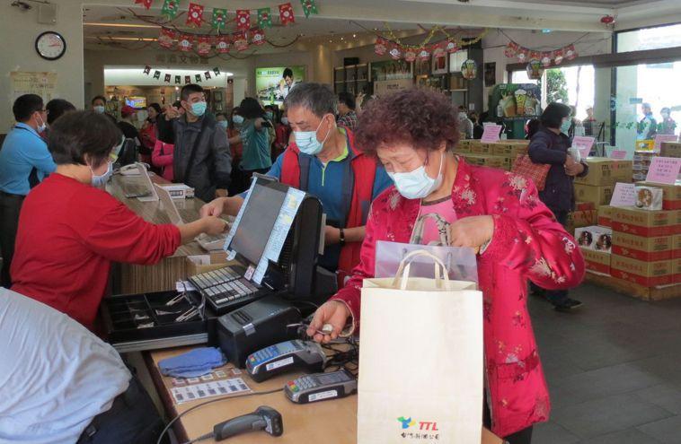 新冠疫情爆發後,民眾日前在台中市烏日啤酒廠排隊搶買酒精。 圖/聯合報系資料照片