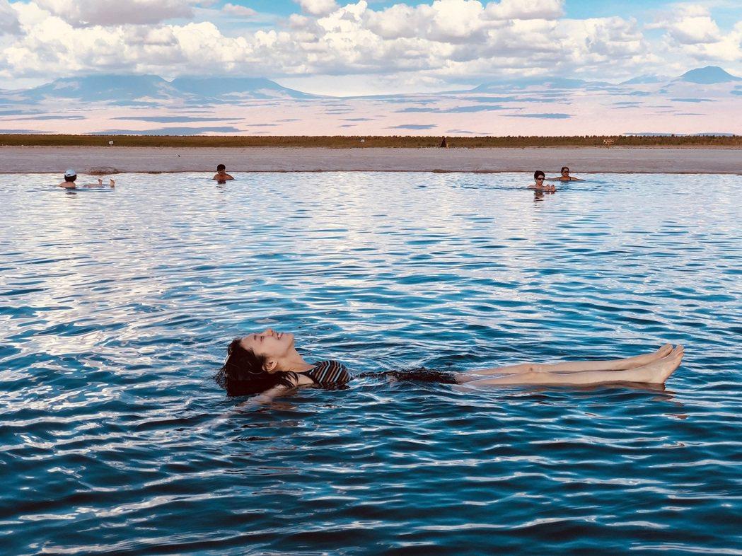 白安漂浮鹽湖裡享受無重力。圖/相信音樂提供