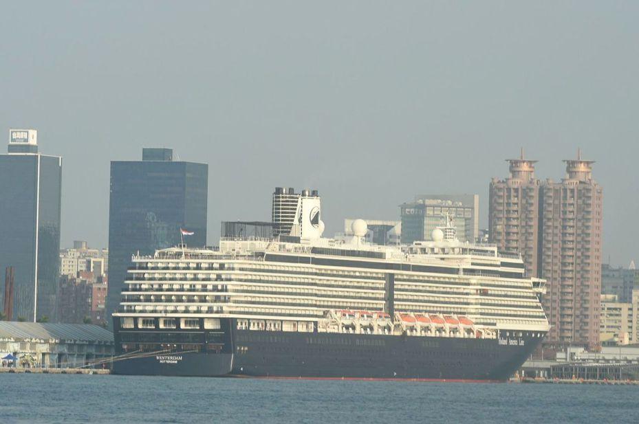圖為5日駛離高雄港的威士特丹號郵輪。本報資料照片