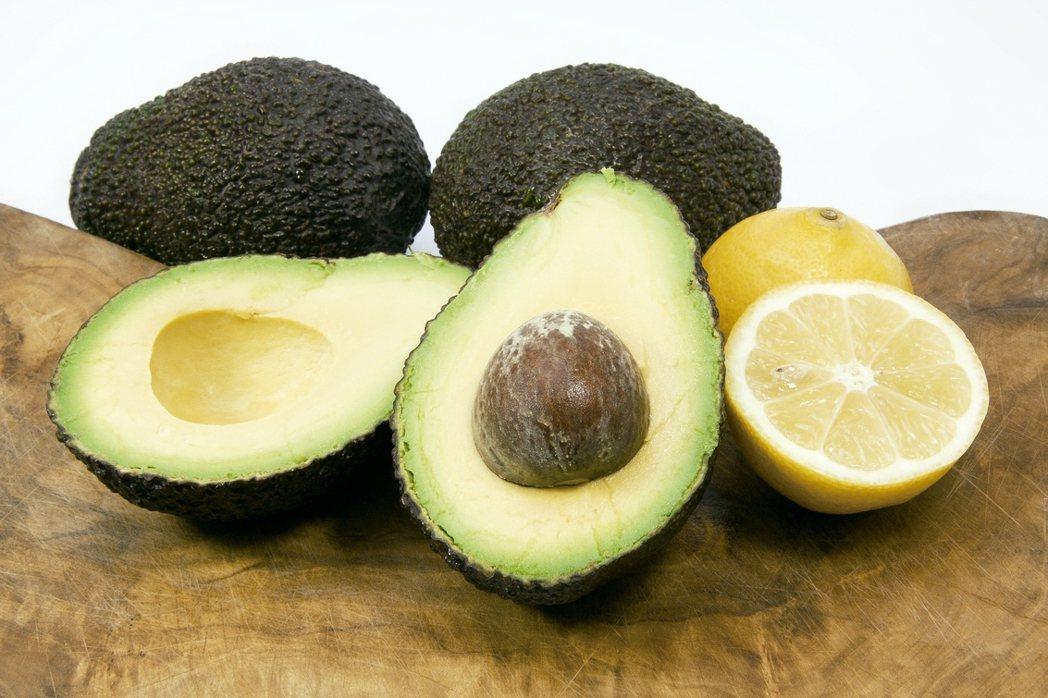 酪梨含有多酚氧化酶,這種酶一旦接觸到氧氣,就會使食物迅速變成褐色,蘋果和香蕉會變...