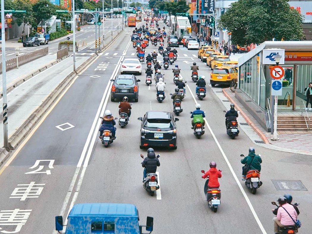 北市道路路型複雜,如何兼顧機車路權和安全,市府陷兩難,圖為民權西路二段。 記者楊...