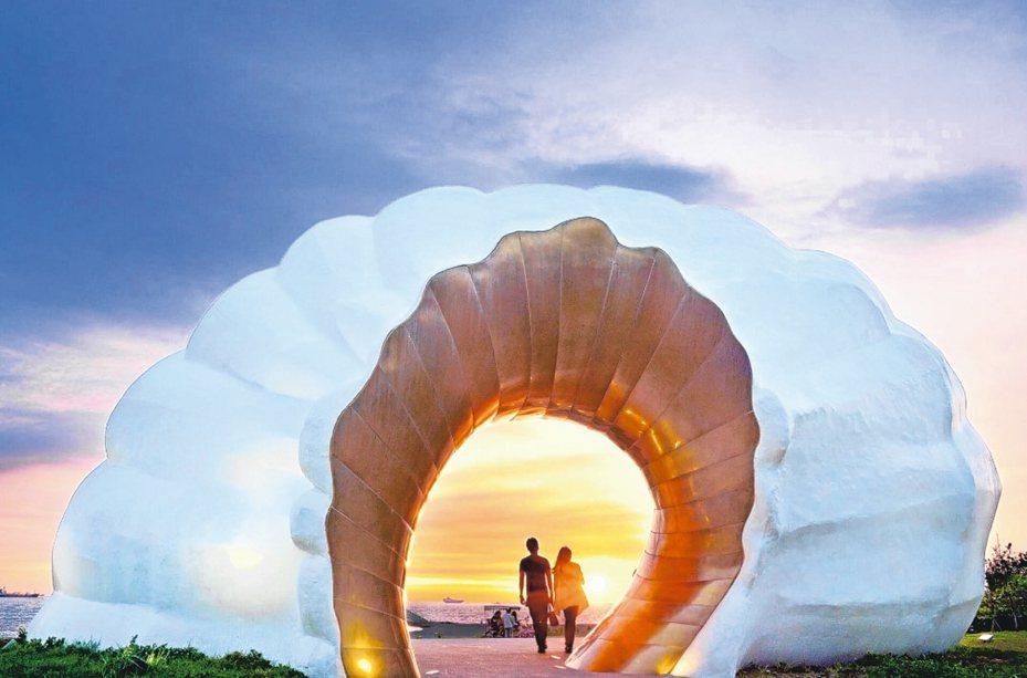 高雄市旗津的「黃金海韻」,傍晚時分浪漫十足。 圖/高雄市觀光局提供