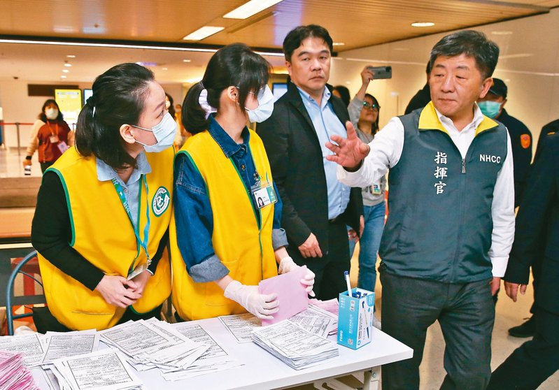 新冠肺炎疫情持續擴大,日本出現多名確診,陳時中(右)昨到桃機慰問檢疫工作人員。 記者鄭超文/攝影