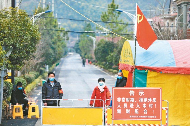 大陸新冠肺炎疫情升溫,擴散世界多國,也引發排華歧視。圖為杭州一小區封閉,嚴格管制人員出入。 (美聯社資料照)