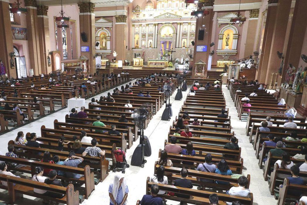 菲律賓馬尼拉的一座天主教堂周日彌撒現場,近一半座位是空的。(美聯社)