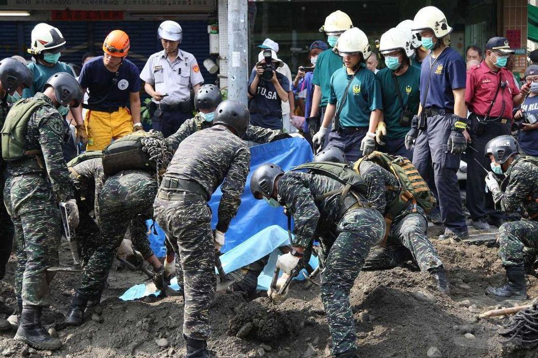 民國103年高雄發生氣爆,陸戰特勤隊協助警消搜索罹難者。  (軍聞社)