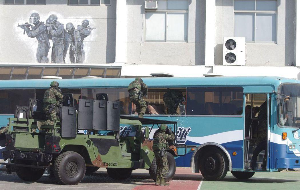 今年1月16日,陸戰特勤隊對中外媒體,展示反劫持戰技。  記者程嘉文/攝影