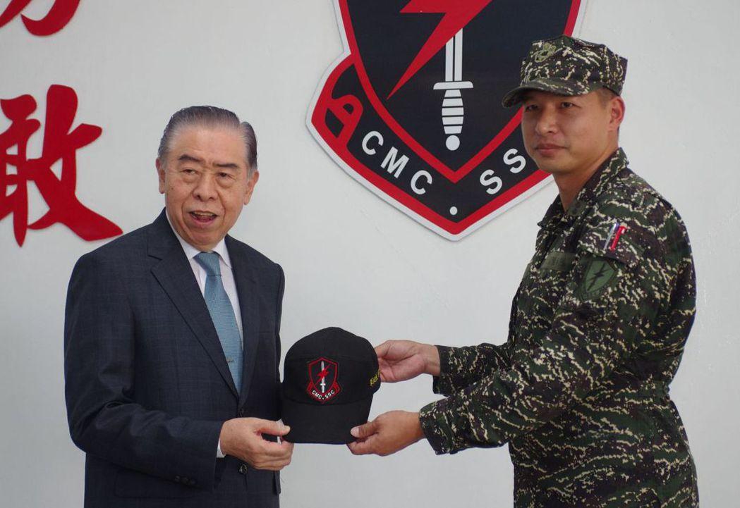 軍友社理事長李棟樑(左)與陸戰特勤中隊長陳建豪中校。  記者程嘉文/攝影