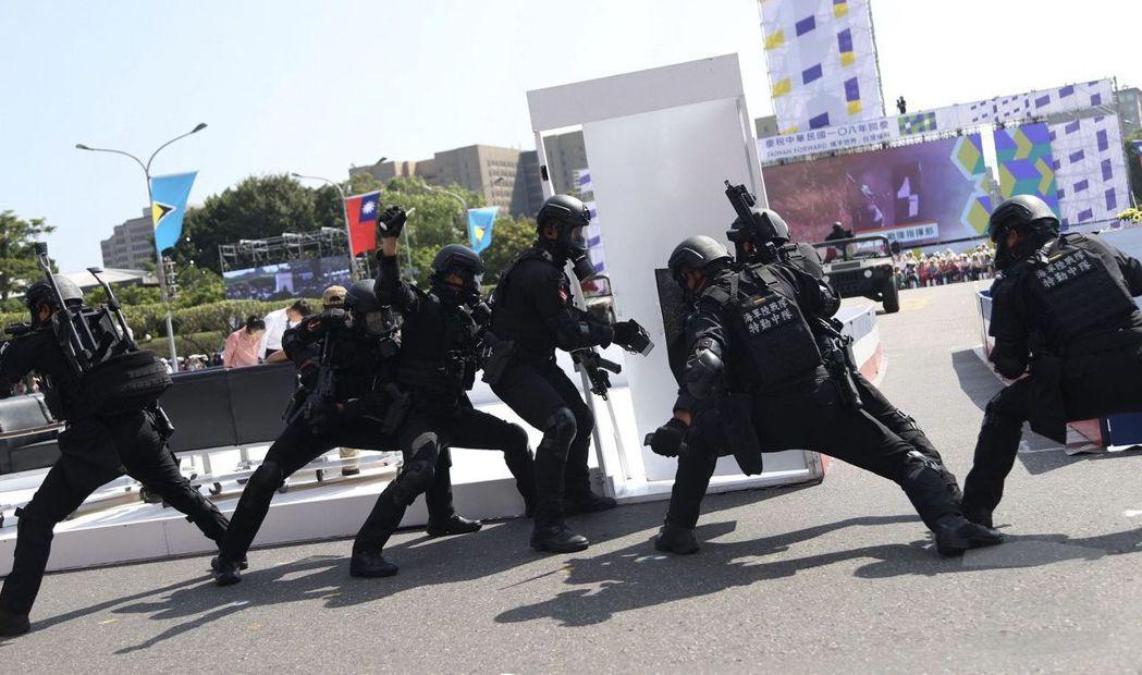 陸戰特勤隊在108年國慶大會實施反恐特戰操演。 (軍聞社)