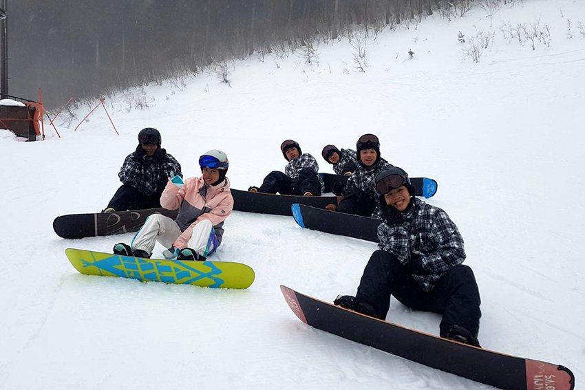 明新科大運管系大四同學陸佳欣(前排左一)連續三年參加課程、已取得高豐滑雪指導員資...