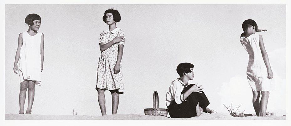 植田正治「少女四態」。 圖/©Shoji-Ueda-Office