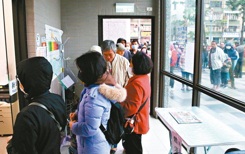 衛生所今起開放買口罩,上午五股區衛生所前出現排隊買口罩的民眾。 記者葉信菉/攝影