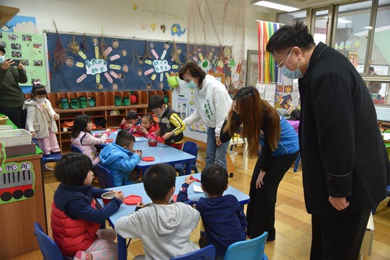 南投縣幼兒園準備兒童口罩,同時教導小朋友正確的洗手方式。圖/南投縣政府提供