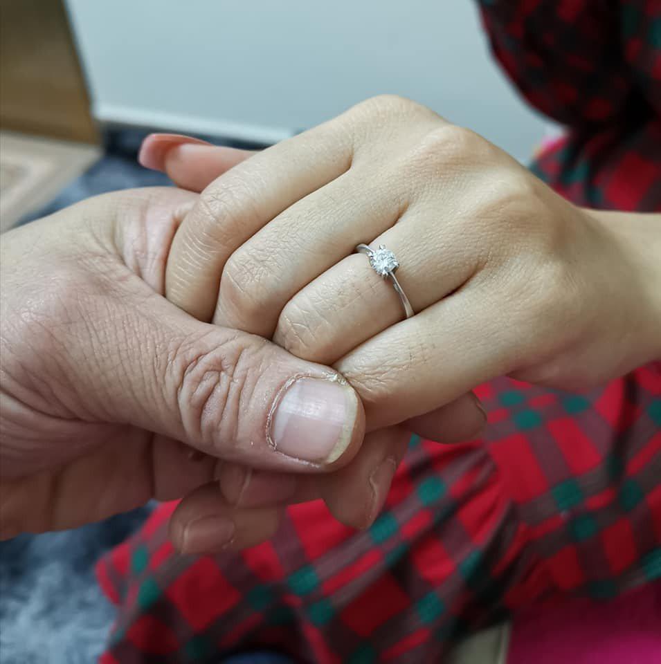 小彬彬曬出女友戴著戒指的照片。 圖/擷自小彬彬臉書
