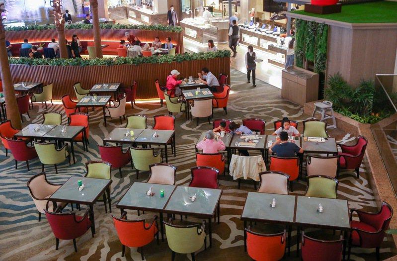 新冠肺炎衝擊餐飲業,飯店自助餐人潮大減。記者余承翰/攝影
