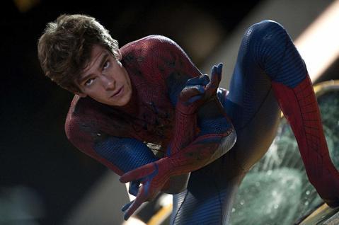 超級英雄片風靡全球10年,亟需推陳出新,索尼前後拍了3個版本的「蜘蛛人」電影,各種不同的花樣看似都已玩過,卻從動畫版「蜘蛛人:新宇宙」得到新的靈感:「蜘蛛人:新宇宙」讓來自不同平行時空、不同版本的蜘...