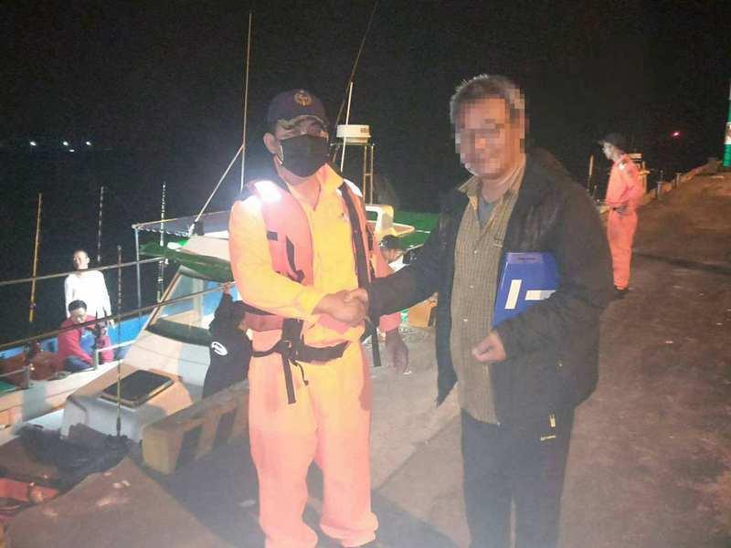 益生號漁船在安平外海失去動力,台南海巡隊協助拖帶返回安平港,楊姓船長和隊員握手感謝救援。記者黃宣翰/翻攝