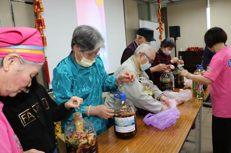 新北永和區民權社區發展協會利用「生果皮」自製環保酵素。圖/新北社會局提供