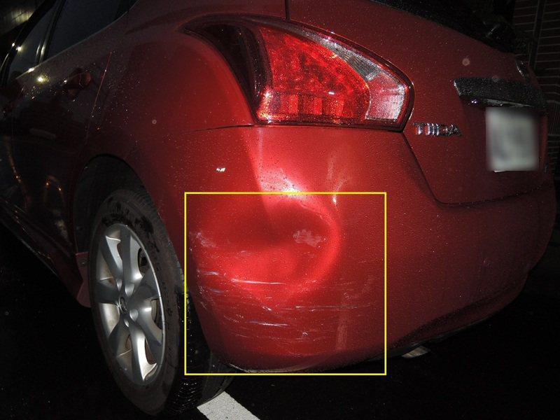 台中市林姓女子將轎車停放在南區福田一街旁,遭林姓男子的轎車撞上,林女車尾保險桿左側有凹洞。記者陳宏睿/翻攝