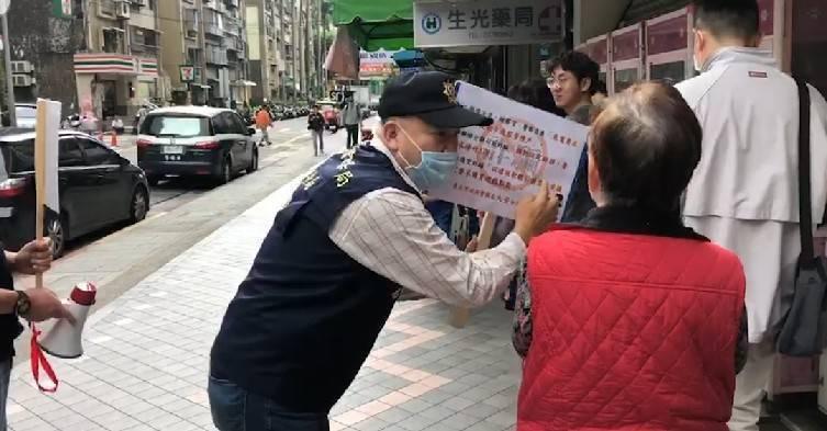 為防止詐騙案件發生,台北市大安分局警方近日動員進行防詐宣導。記者李隆揆/翻攝
