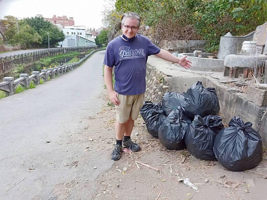 這位英國人不僅「墓仔埔嘛敢去」,還專門去清垃圾,被喻為是「真心愛台灣」。 照片/彰化市延平里長陳雯嘉提供