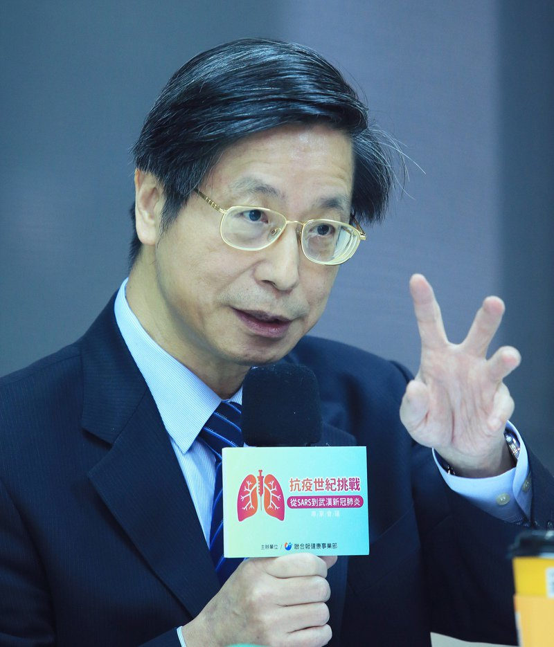 新冠肺炎疫情持續延燒。國內感染科權威、台灣大學副校長張上淳說,從生物學演進的角度來看,這次新冠病毒是成功演化,許多感染者無症狀,卻可能繼續傳染給別人,遠比SARS病毒還要聰明。記者潘俊宏/攝影