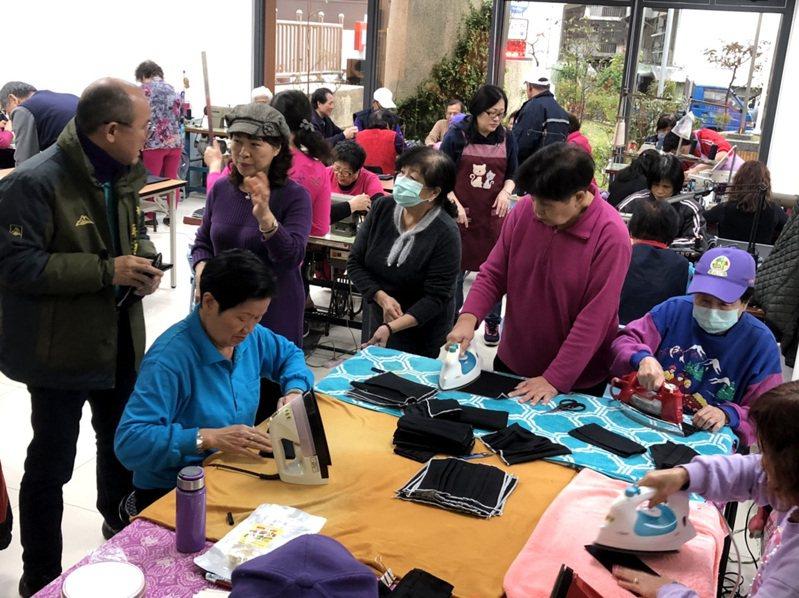 桃園市菓林里一群志工趕工縫製口罩外套(見圖),提供開學後學生口罩重複清洗蒸氣殺菌使用,因應口罩缺貨,增加再使用次數。圖/游吾和提供