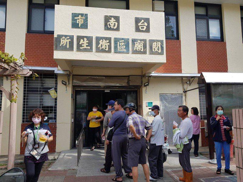 台南市各區衛生所上午湧現排隊買口罩的人潮。圖/衛生局提供