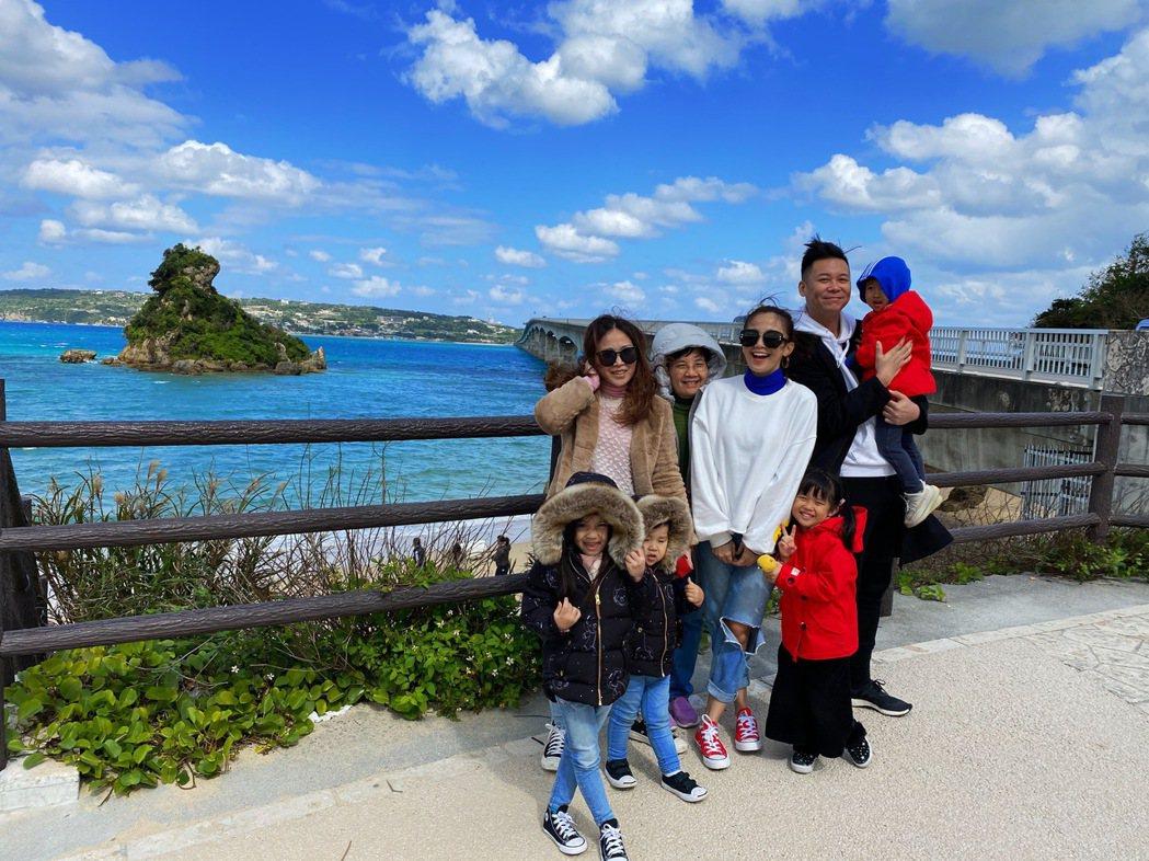 鍾欣怡(中)和孫樂欣及好姊妹一家大小到沖繩旅遊。圖/孫樂欣提供