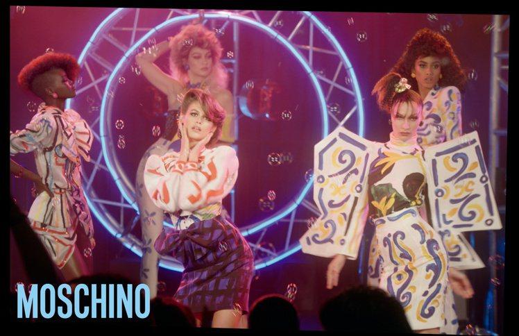 MOSCHINO春夏廣告,超模Gigi Hadid、Bella Hadid與Ka...